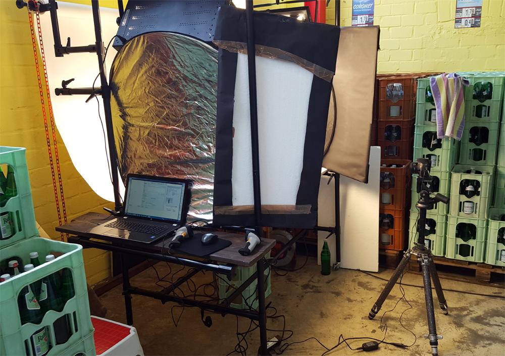Setup Foto-Aufnahmetisch mit Kamera und Laptop
