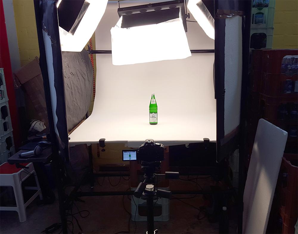 Setup Foto-Aufnahmetisch mit Kamera Frontal mit Flasche