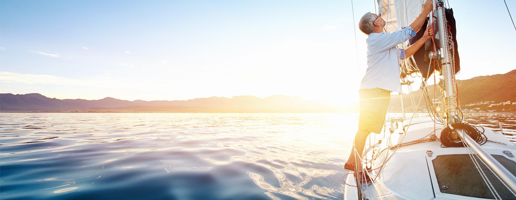 Man segelt auf einem See